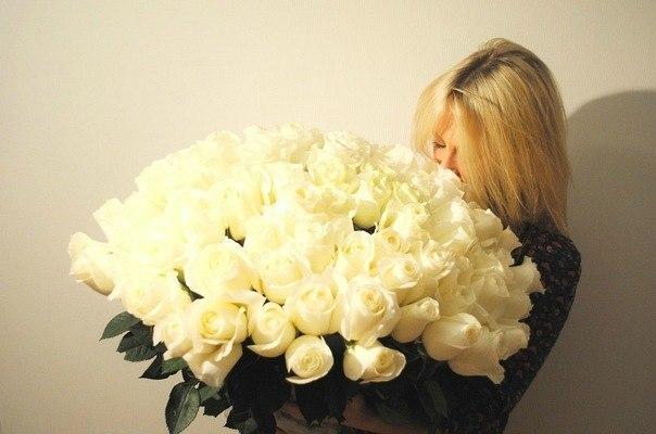 Фото блондинки без лица с цветами в